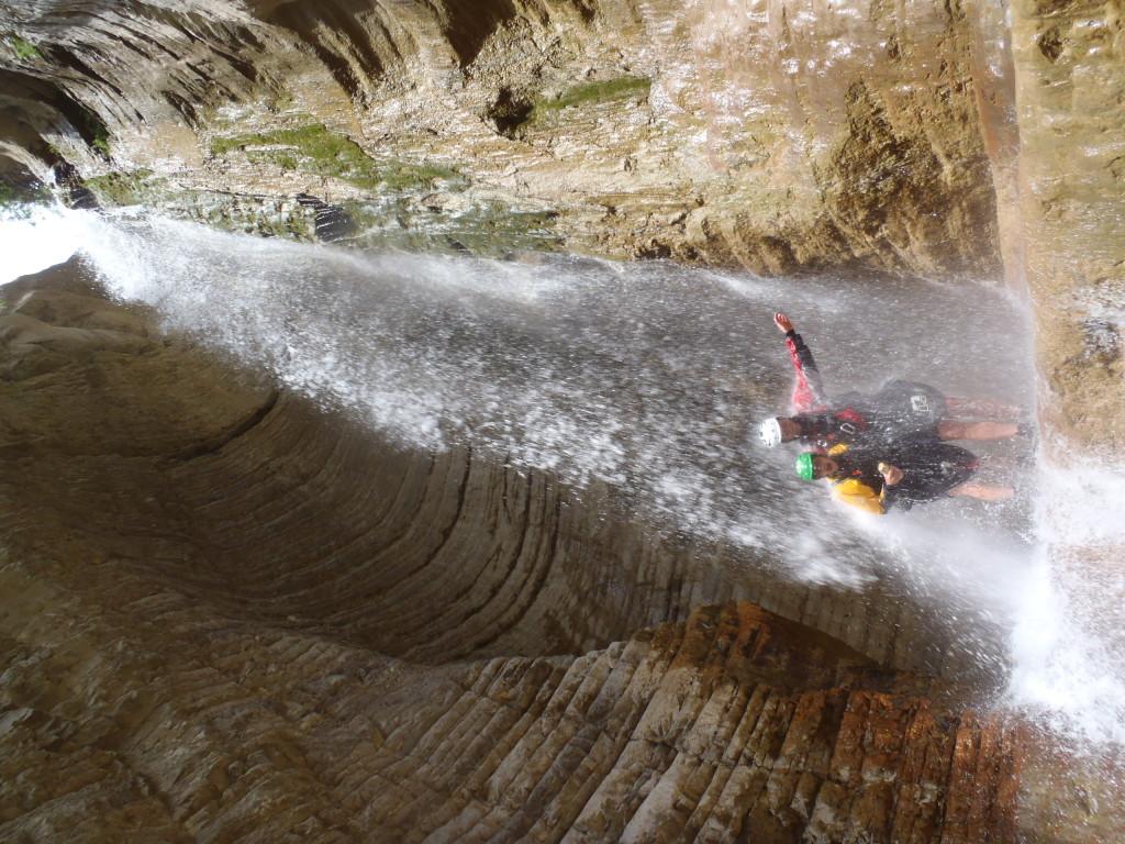 Albánska Lengarices vteká do úzkeho kaňonu, občas širokého akurát na dĺžku pádla.