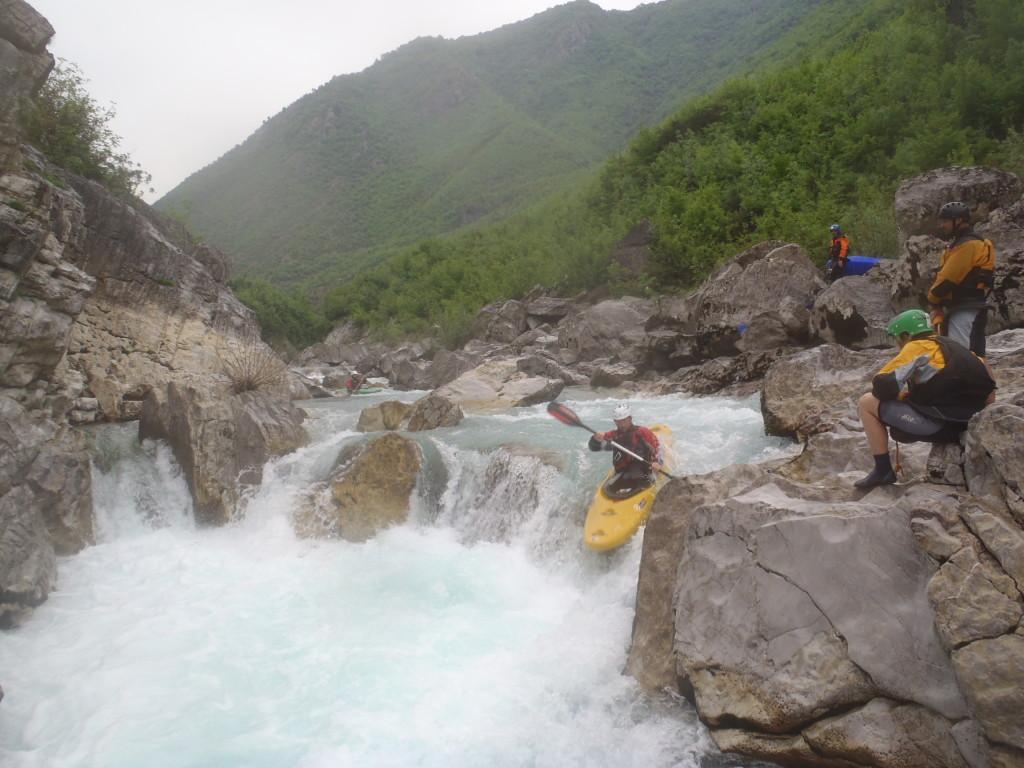 Albánsky Kir bol ťažký, Mišo skáče pod dohľadom záchranárov a fotografov.